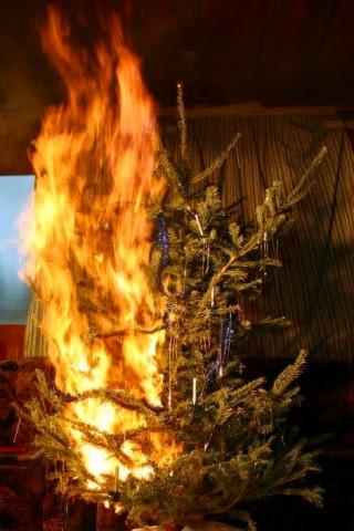 Christbaum in Flammen